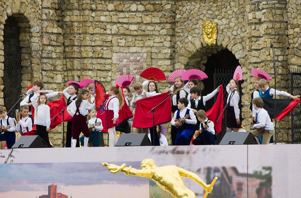 Выступление на открытии фонтанов в Петергофе