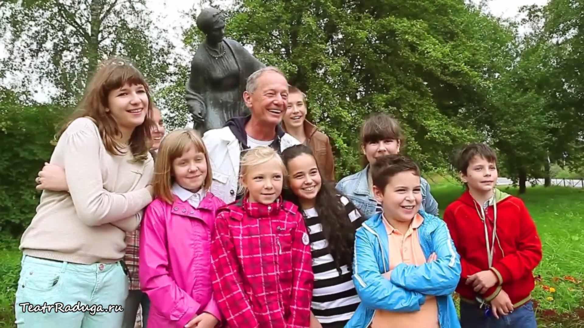 Михаил Задорнов и детский театр Радуга у памятника Арине Родионовне